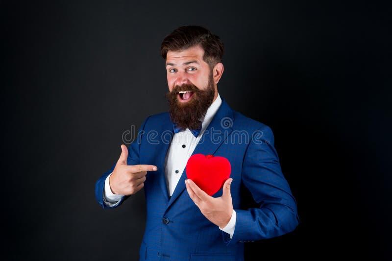 Celebrate-Liebe Vertrauen Sie mir Happy Valentinstag Tuxedo Mann hält rotes Herz Liebeskonzept Leidenschaftlicher, geschlechtsrei lizenzfreie stockbilder
