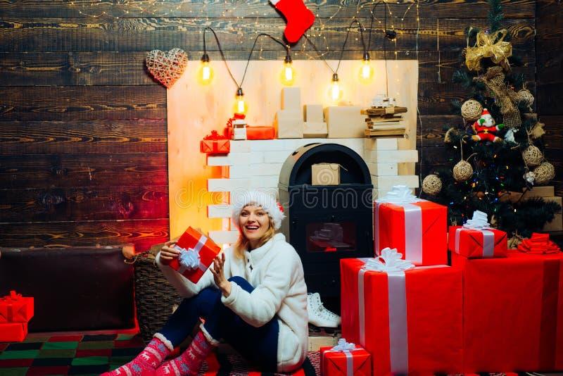 celebration Mulheres de Santa com sacos Expressões faciais das emoções humanas positivas Surpresa de dezembro e tempo do partido  fotos de stock