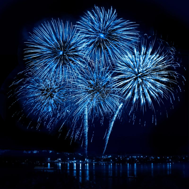 Celebratory blått fyrverkeri arkivbilder