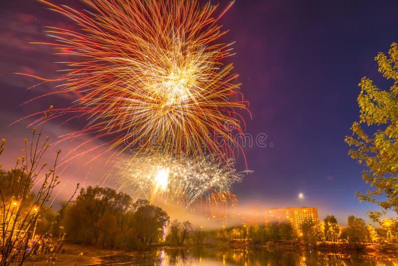 Celebratory fyrverkerier över ett damm i staden av Ryssland arkivfoto