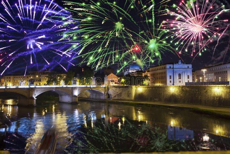 Celebratory fyrverkerier över Sant 'Angelo Bridge flod tiber rome italy royaltyfri bild