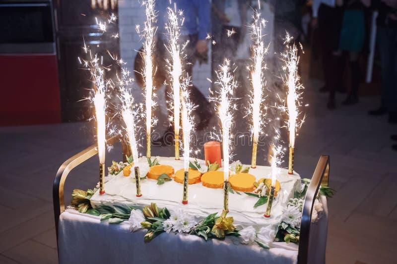 Celebratory kaka med fyrverkerier royaltyfria bilder