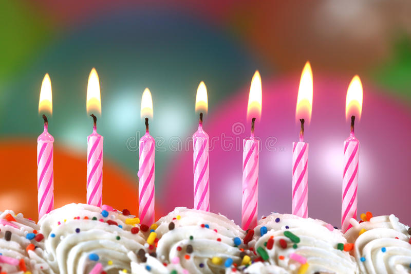 Celebrazione con le candele ed il dolce dei palloni immagine stock