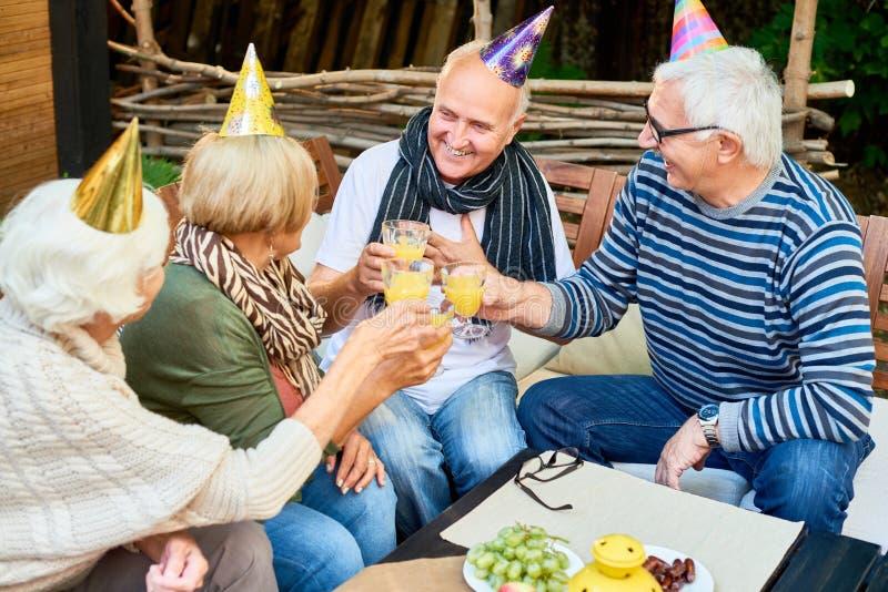 Celebrazione del compleanno con gli amici fotografie stock