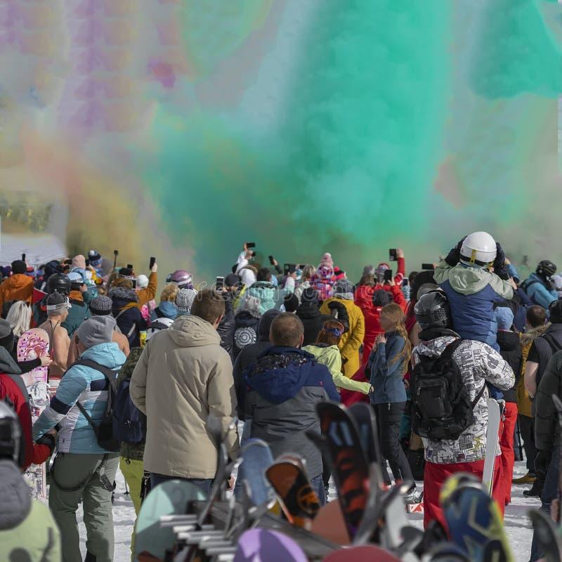 Celebrazione del festival di Holi di inverno Esplosione variopinta della polvere Siluette della gente irriconoscibile di nuovo no immagine stock libera da diritti