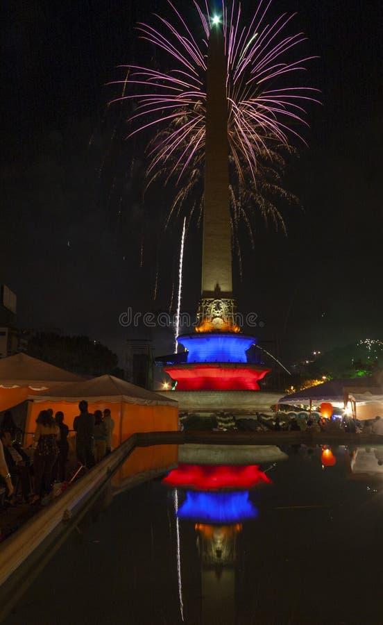 Celebrazione del nuovo anno con i fuochi d'artificio nel quadrato di Altamira o nella plaza Altamira, plaza Francia Caracas Venez fotografia stock libera da diritti