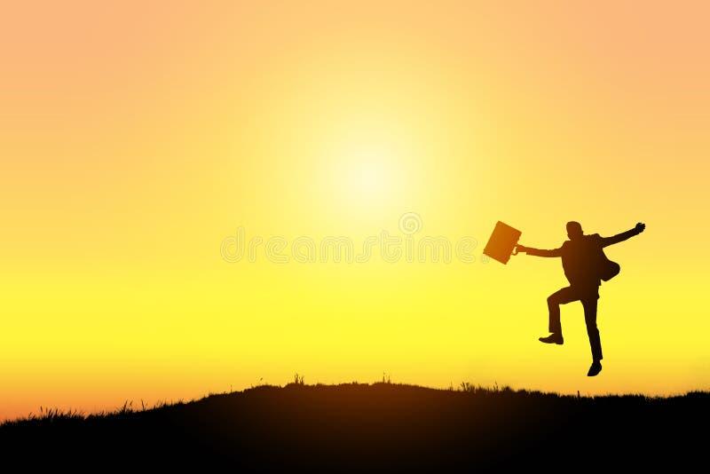Celebrazione del successo Siluetta dell'uomo d'affari emozionante felice che salta sulla terra fotografie stock