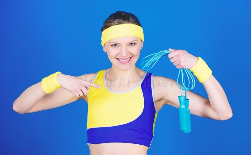 Celebrazione del successo Treno sportivo della donna in palestra Forza e potere Dieta di salute Successo Allenamento felice della fotografie stock libere da diritti