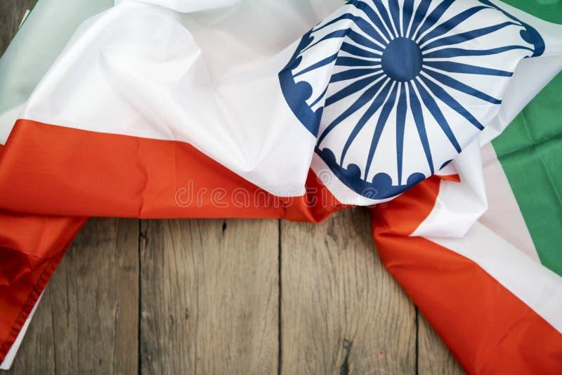 Celebrazione della bandiera dell'India di festa dell'indipendenza dell'India su fondo di legno fotografie stock