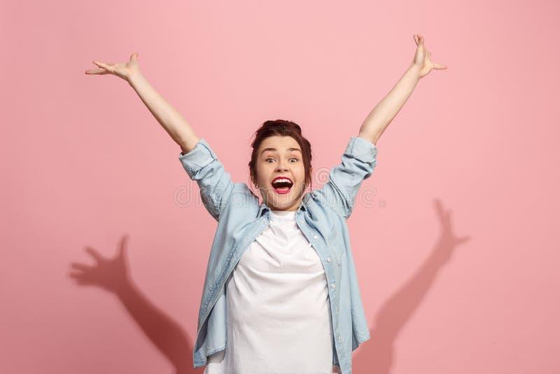 Celebrazione estatica felice di conquista della donna di successo essendo un vincitore Immagine energetica dinamica del modello f immagini stock libere da diritti