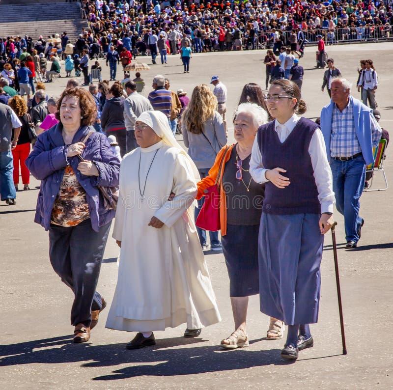 Celebrazione Fatima Portugal di Believers Pilgrims May 13 della suora immagini stock