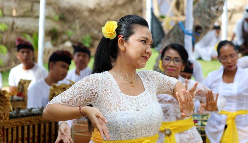 Celebrazione indù a Bali Indonesia, cerimonia religiosa con i colori gialli e bianchi, dancing della donna fotografie stock libere da diritti