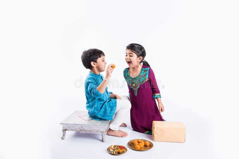 Celebrazione indiana della sorella e del fratello rakshabandhan o festival di rakhi fotografie stock