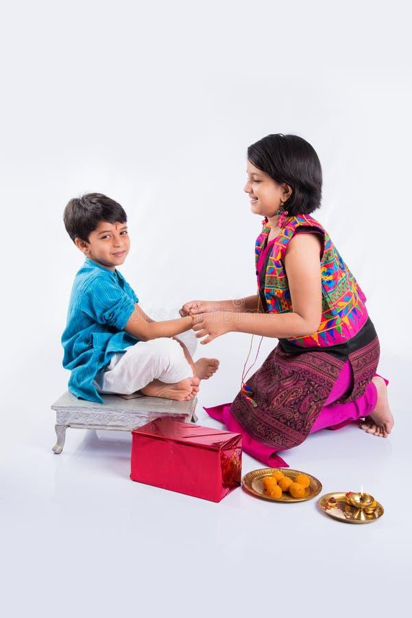 Celebrazione indiana della sorella e del fratello rakshabandhan o festival di rakhi fotografia stock