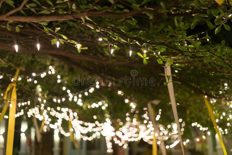 Celebrazione leggera di natale della decorazione che appende sull'albero fotografia stock libera da diritti