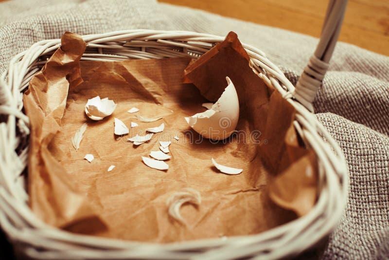 Celebrazione per la carta di pasqua, uovo schiantato su carta immagini stock