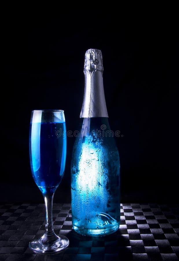 Celebrazioni commerciali festive - bottiglia & vetro blu immagine stock