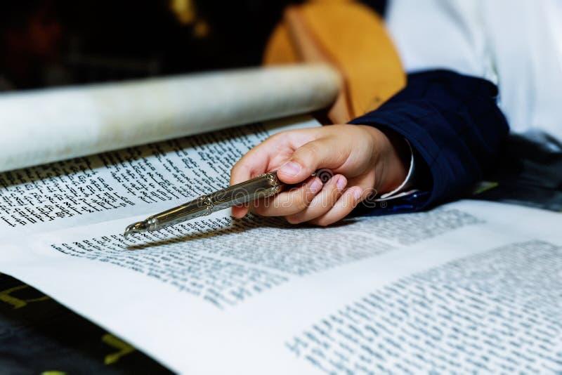 Celebrazioni di bar mitzvah, lettura cerimoniale dal libro religioso ebreo Torah fotografie stock libere da diritti