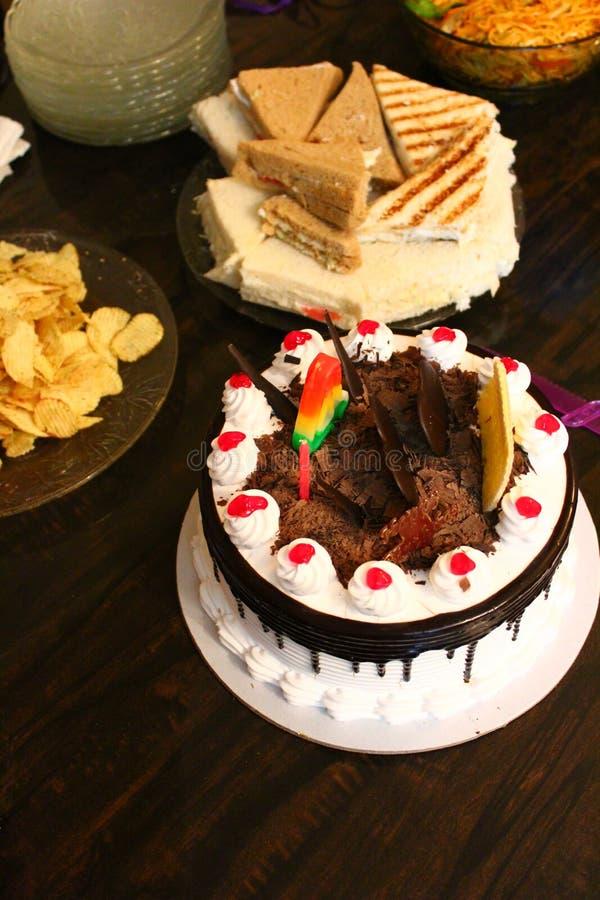 Celebrazioni di compleanno con il dolce e gli spuntini immagine stock libera da diritti