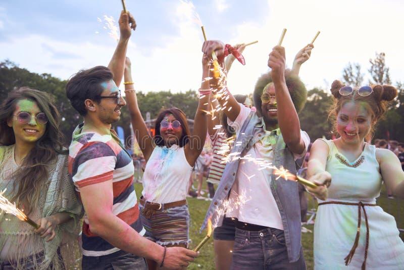 Celebre el día de verano con las bengalas en festival de música imágenes de archivo libres de regalías