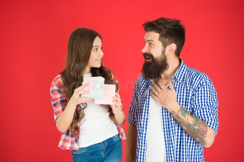 Celebre el d?a de padres Concepto de los valores familiares Relaciones amistosas Padre y su hija Sorpresa del regalo algo fotografía de archivo