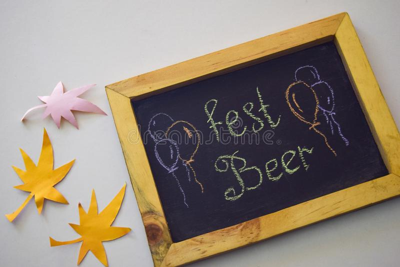 Celebre el festival de octubre - pernos de ropa en fondo gris/blanco y una pizarra con el ` de la cerveza del Fest del ` del lema fotos de archivo libres de regalías