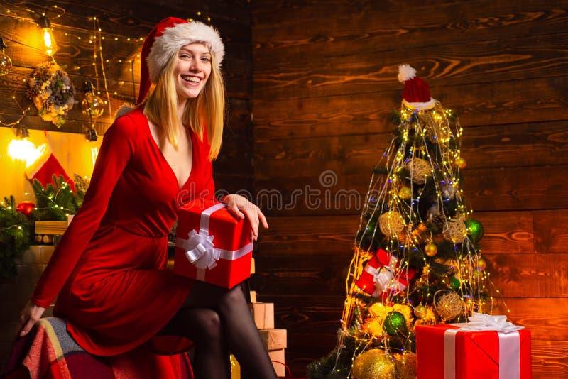 Celebre la Navidad Señora alegre en fiesta de Navidad corporativa del vestido Partido de la Feliz A?o Nuevo Rojo elegante de la m fotos de archivo libres de regalías