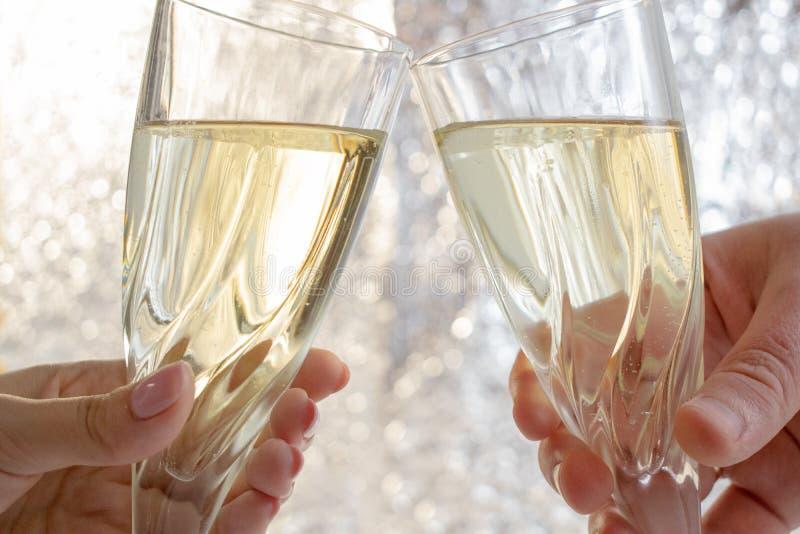 Celebreating nowy rok i bo?e narodzenia Para utrzymuje szampańskich szkła i wznosi toast szklany r?ki mienia wino Fotografia szab obrazy stock