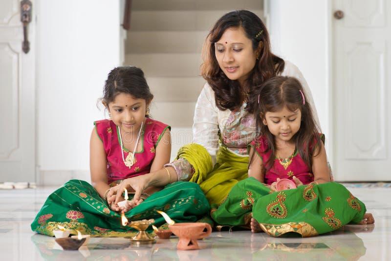 Celebri il festival di Diwali fotografie stock libere da diritti