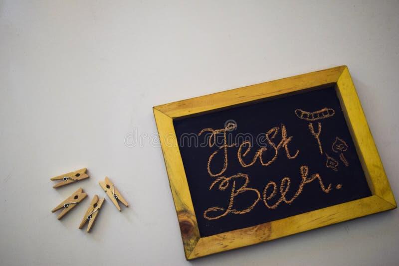 Celebri il festival di ottobre - mollette per il bucato fondo grigio/bianco e su una lavagna con il ` della birra del Fest del `  fotografia stock