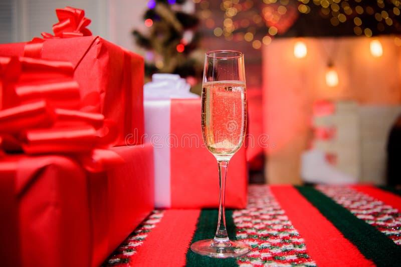 Celebri il nuovo anno 2009 Vetro della fine del champagne in su Attributo tradizionale del nuovo anno Nuovo anno felice e Buon Na fotografia stock libera da diritti