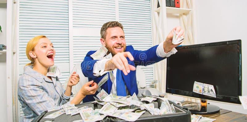 Celebri il profitto Punte facili di affari di profitto I colleghi felici allegri della donna e dell'uomo gettano sulle banconote  immagine stock