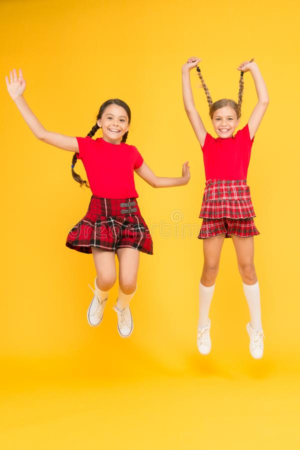 Celebri la festa Festa scozzese La ragazza dei bambini porta i vestiti a quadretti Festa nazionale Uniforme scolastico Stile scoz immagine stock libera da diritti