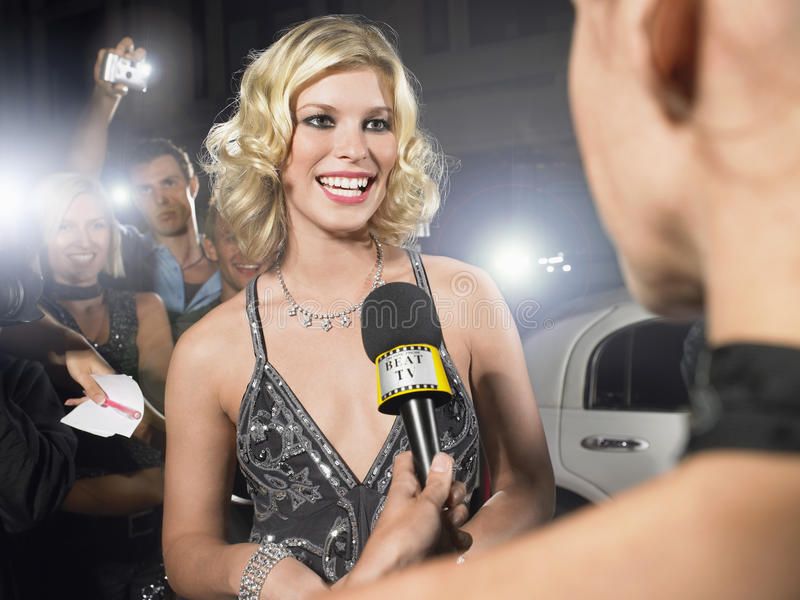 Celebridade que está sendo entrevistada pelo journalista fotografia de stock