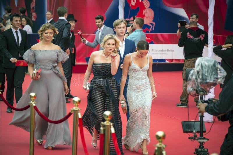 Celebrità sul tappeto rosso prima dell'apertura 37 del festival cinematografico dell'internazionale di Mosca immagine stock libera da diritti