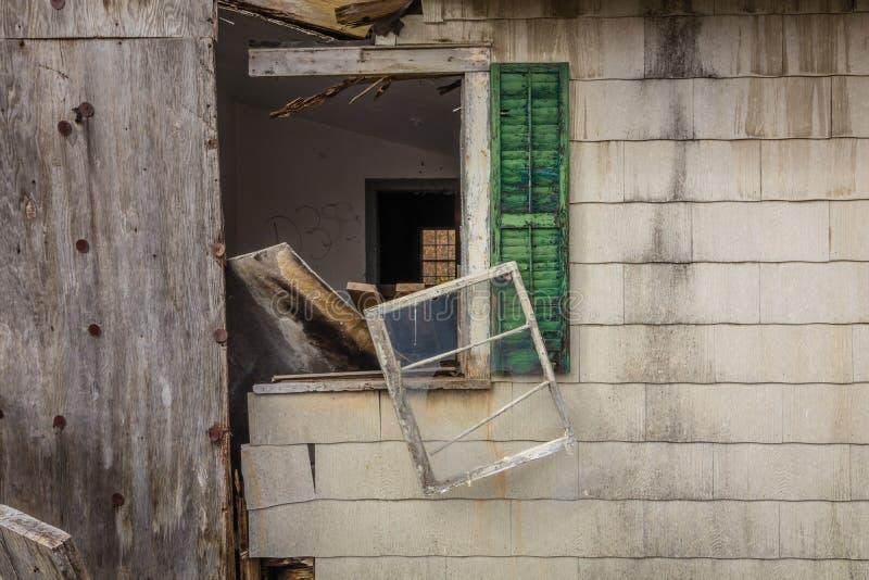 Celeiro abandonado rústico velho com sinal autorizado dos pessoais na porta com janelas quebradas foto de stock