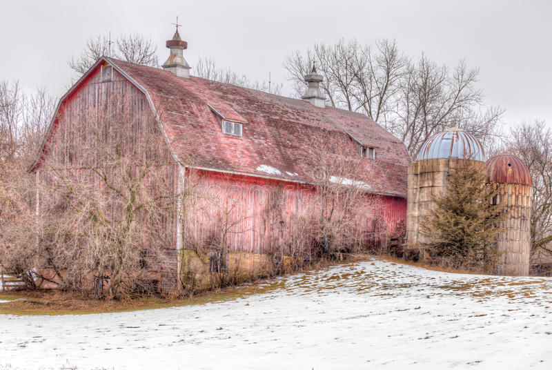 Celeiro afligido de envelhecimento no inverno fotografia de stock