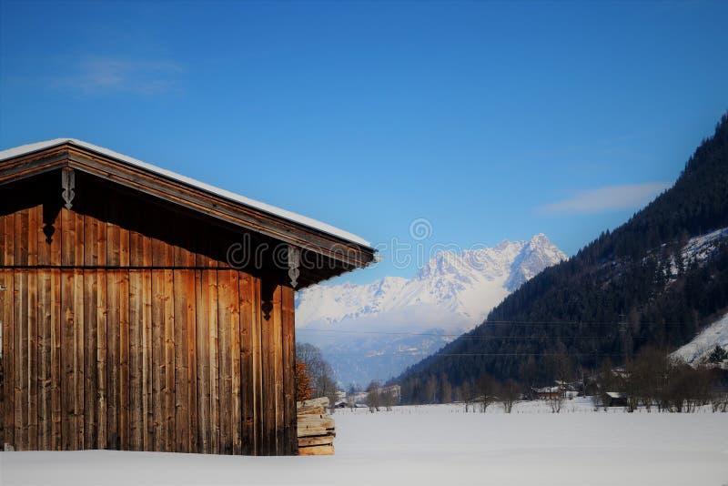 Celeiro alpino no inverno foto de stock royalty free