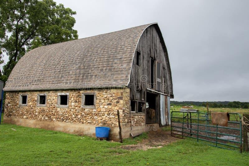 Celeiro Amish velho da rocha fotos de stock