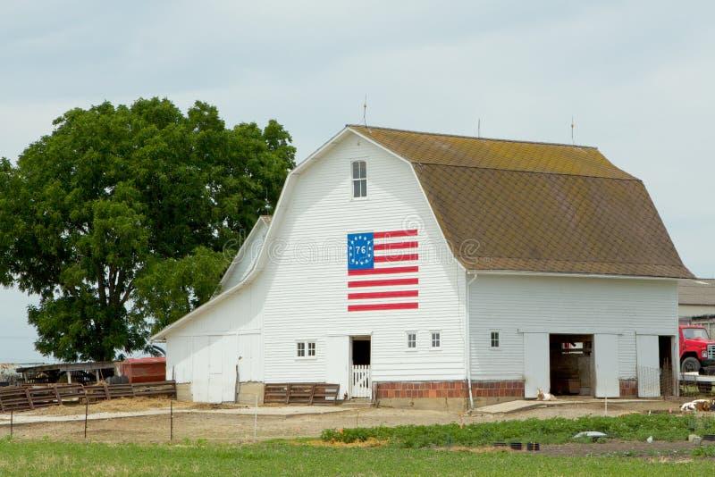 Celeiro branco com bandeira centenária imagem de stock royalty free