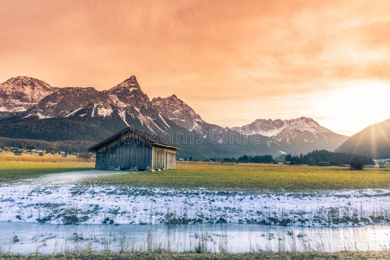 Celeiro de madeira e cenário nevado alpino fotografia de stock