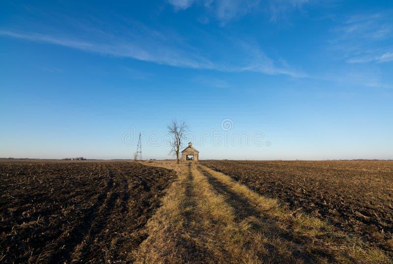 Celeiro de madeira isolado em Illinois rural, EUA fotos de stock royalty free