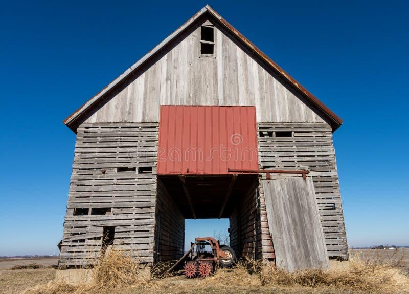Celeiro de madeira isolado no nanowatt rural Illinois, EUA imagem de stock royalty free