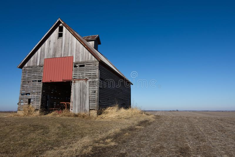 Celeiro de madeira isolado no nanowatt rural Illinois, EUA imagens de stock