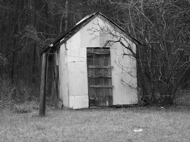 Celeiro de madeira pequeno do pátio traseiro preto e branco do vintage fotos de stock