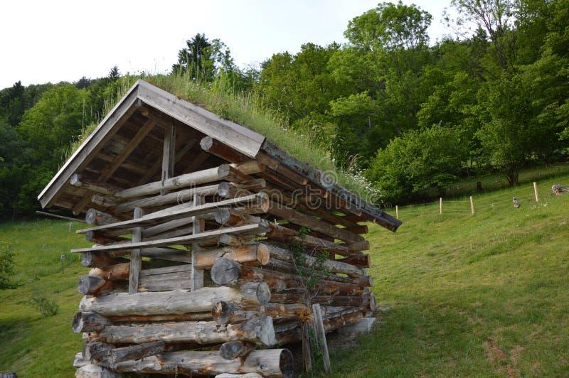 Celeiro de madeira pequeno velho nos cumes austríacos fotos de stock royalty free