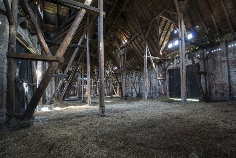 Celeiro de madeira velho com a luz que brilha através das placas de madeira imagens de stock