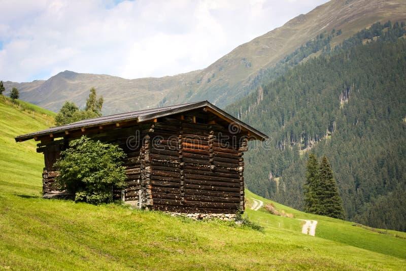 Celeiro de madeira velho nos alpes fotos de stock