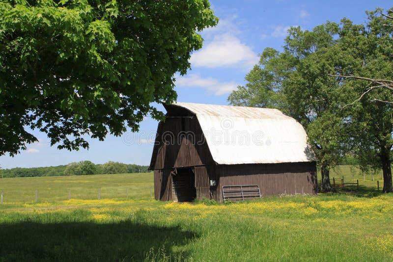 Celeiro de Rusitic em Tennessee rural imagens de stock royalty free