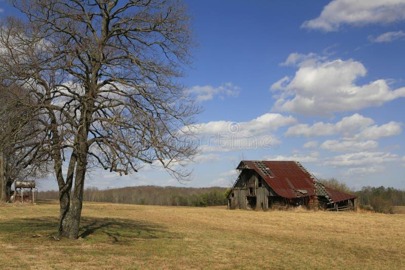Celeiro de Rusitic em Tennessee rural imagem de stock royalty free
